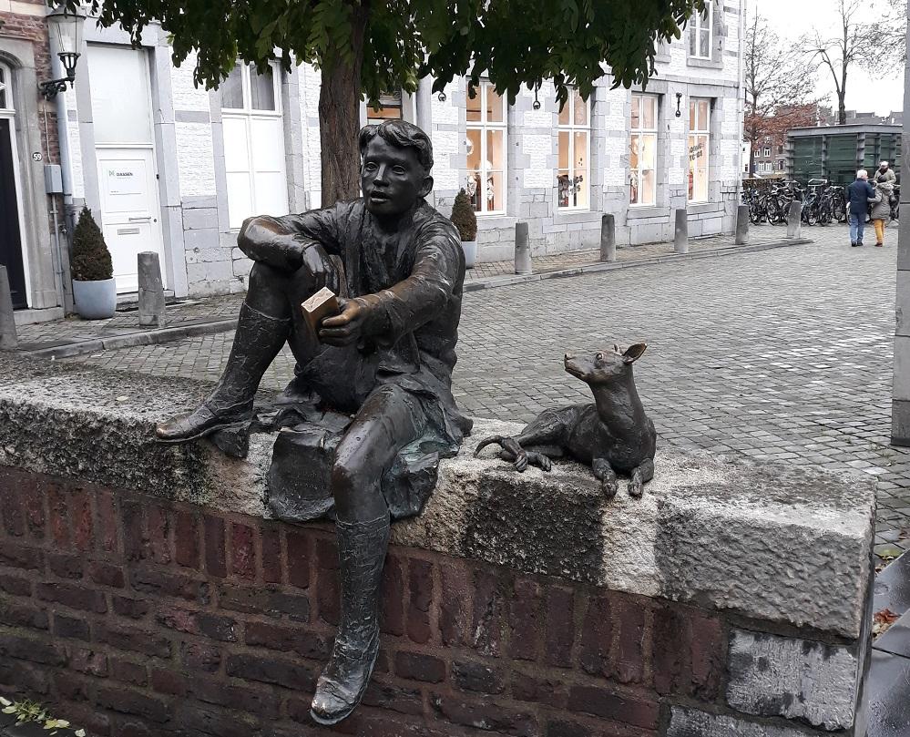 skulpture dečaka i psa