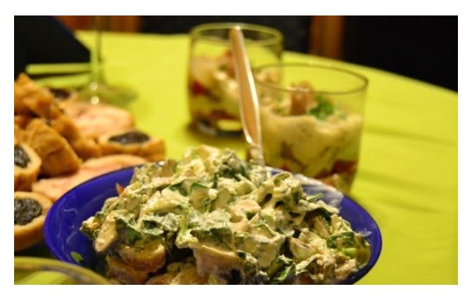 Obrok salata od svežih šampinjona i spanaća